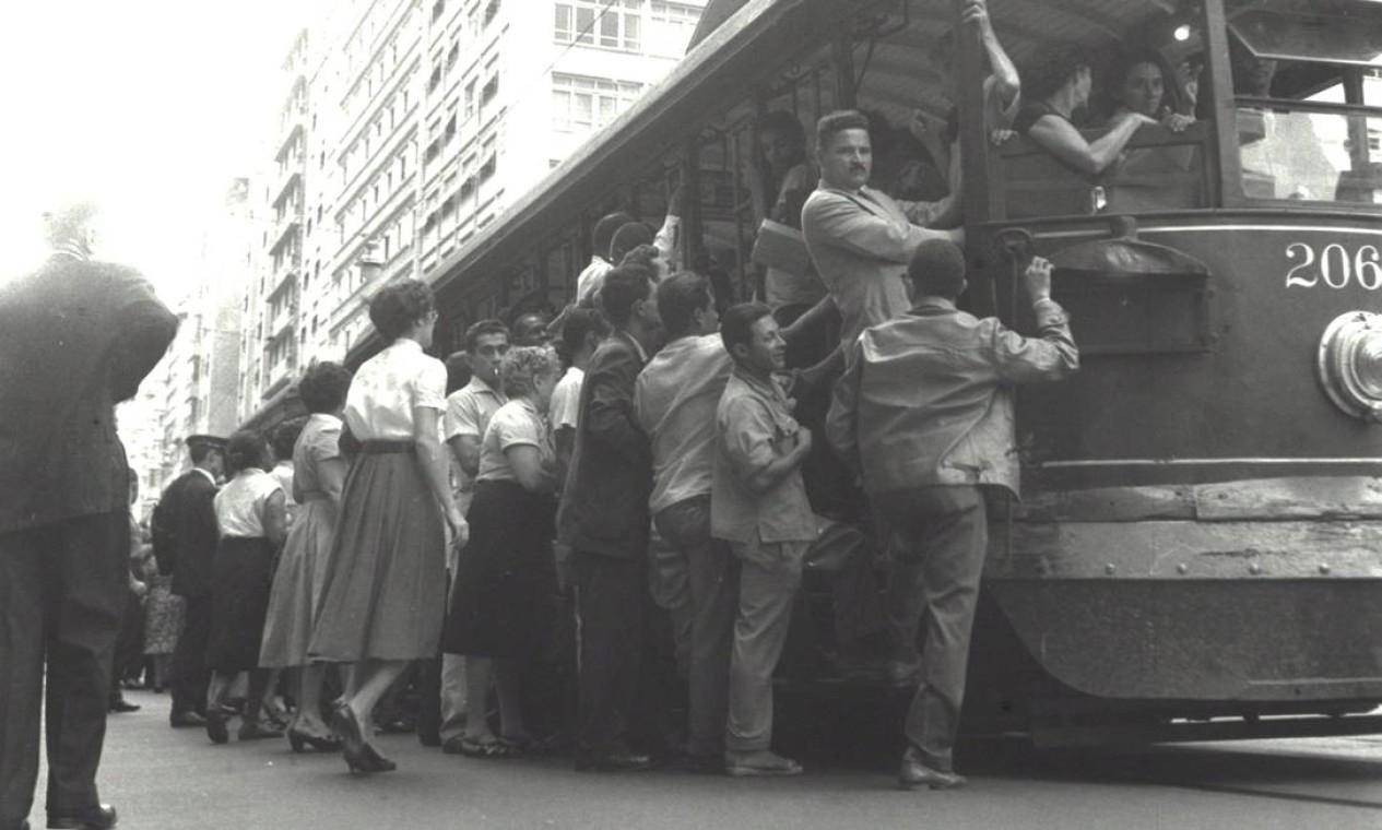 O primeiro bonde elétrico da cidade surgiria em 1892. Na viagem inaugural, entre o Centro e o Largo do Machado, o então presidente Floriano Peixoto estava entre os passageiros Foto: Terceiro / Agência O Globo
