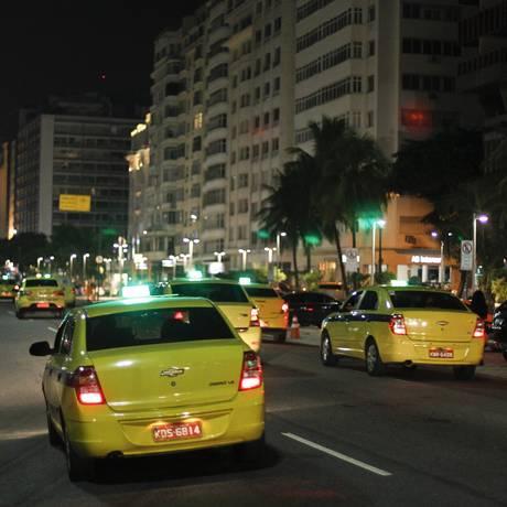 O protesto de taxistas pelas ruas da Zona Sul Foto: Pedro Teixeira / Agência O Globo