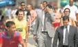 Pedestres caminham pelo Rio num dia de outono: de terno ou camiseta, todos sentem os efeitos do calor na cidade