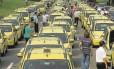 Taxistas interrompem totalmente o tráfego numa das pistas do Aterro do Flamengo durante a manifestação de sexta-feira contra o Uber