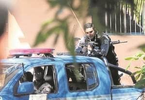 Operação no Jacarezinho deixa 2 mortos, suspende aulas e para trens Foto: Fabiano Rocha / Agência O Globo