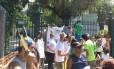 Moradores protestam em frente à entrada do Jardim Botânico
