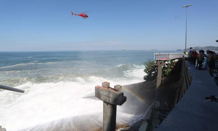 Ciclovia não resistiu a ondas fortes e parte da estrutura desabou Foto: Custódio Coimbra / Agência O Globo