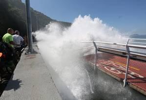 Parte da ciclovia desabou após ser atingida por fortes ondas Foto: Custódio Coimbra / Agência O Globo