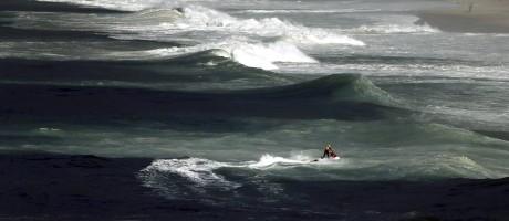 Testemunhas informaram ao Corpo de Bombeiros que cinco pessoas caíram no mar Foto: Gabriel de Paiva / Agência O Globo