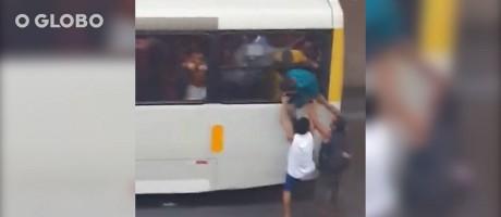 Vídeo registra momento em que jovens entram por uma das janelas do ônibus Foto: Reprodução