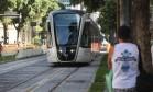 O VLT é testado num trecho da Avenida Rio Branco, no Centro Foto: Custódio Coimbra/28-2-2016