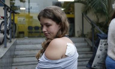 Patinadora Larissa levou uma facada nas costas nos aredores do Maracanã Foto: Domingos Peixoto / Agência O Globo