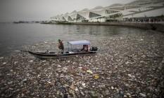 Lixo na Baía de Guanabara, na Praça Mauá, ao lado do Museu do Amanhã Foto: Márcia Foletto / Agência O Globo