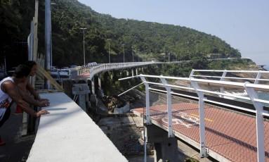 Parte da ciclovia Tim Maia destruída após ser atingida por uma forte onda no dia 21 de abril Foto: Thiago Freitas / Agência O Globo