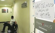 Aviso sobre a falta de vacina numa clínica particular na Praça Saens Peña, na Tijuca: mesmo querendo pagar, muita gente não consegue encontrar o produto no Rio Foto: Gabriel de Paiva / Agência O Globo