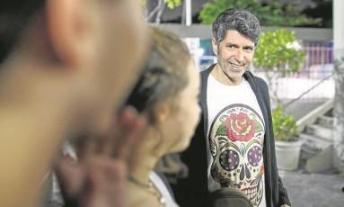 O cantor Leoni conversa com alunos da André Maurois: grupo de ocupação promete resistir apesar de férias antecipadas Foto: Daniel Marenco / Agência O Globo