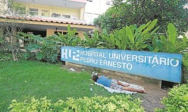 Morador de rua dorme no jardim do Pedro Ernesto: hospital sofre com falta de verbas Foto: Fabiano Rocha/27-01-2016