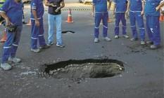 Operários ao redor do buraco: Cedae não informou a causa do novo acidente, que prejudicou o trânsito Foto: Daniel Marenco / Agencia O Globo