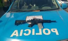 Fuzil foi apreendido em Acari, onde suspeito terminou baleado Foto: Divulgação/PM