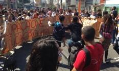 Alunos da escola Visconde de Cairu realizam manifestação na Rua Dias da Cruz, no Méier Foto: Liane Gonçalves / O Globo