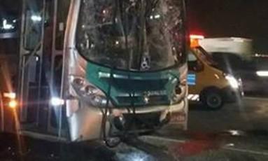 Um dos ônibus envolvidos no acidente que deixou feridos Foto: Reprodução/Eu Sou de Niterói