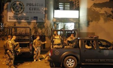Policiais compareceram à Delegacia de Homicídios, onde o caso foi registrado Foto: Pedro Teixeira / Agência O Globo