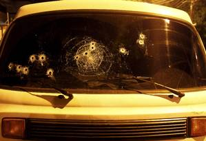 Veículo onde estavam policiais ficou com várias marcas de tiros Foto: Pedro Teixeira / Agência O Globo
