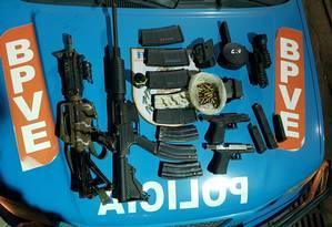 Material apreendido com bandidos na Avenida Brasil Foto: Divulgação/PM