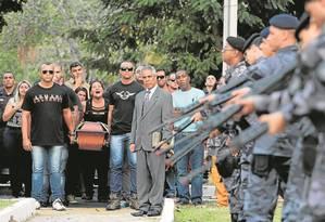 Enterro do soldado da PM Evaldo Moraes Filho, baleado na cabeça no Complexo do Alemão: ele se tornou o 35º policial assassinado no Estado do Rio somente este ano Foto: Thiago Freitas / Agência O Globo