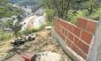 Construção é erguida perto de encosta sobre um dos túneis do BRT Transolímpico, em Jacarepaguá