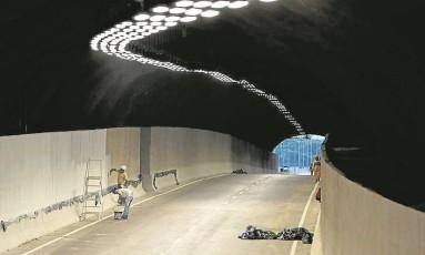 Túnel que integra o novo Elevado do Joá: pista vai melhorar ligação entre a Barra e bairros da Zona Sul Foto: Custódio Coimbra