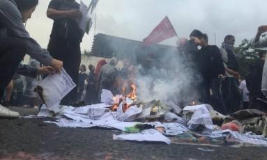 Manifestantes colocaram fogo em pilha de papel durante protesto na porta da secretaria de Educação Foto: Marcio Menasce