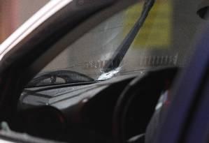 Tiro atingiu o parabrisa do carro da vítima Foto: Pedro Teixeira / Agência O Globo