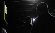 Após roubos, vítimas foram até a delegacia para o registro da ocorrência Foto: Pedro Teixeira / Agência O Globo