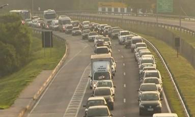 Motoristas enfrentaram trânsito complicado. Na foto, a Rodovia Niterói Manilha, um dos acessos à Ponte Foto: Reprodução/TV Globo