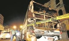 Um ônibus foi destruído pelo fogo na esquina da Rua Visconde de Santa Isabel Foto: Alexandre Cassiano / Agência O Globo