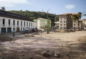 Parte das famílias desabrigadas aguardam a entrega das 1.240 unidades em construção no terreno do antigo Batalhão de Infantaria do Exército (3° BI), na Venda da Cruz; A obra era para ter sido concluída em fevereiro Foto: Hermes de Paula / Agência O Globo