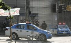 Policiamento reforçado na Rua Visconde de Santa Isabel, em uma entrada do Morro dos Macacos Foto: Gabriel de Paiva / Agência O Globo