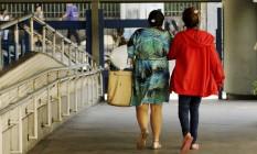 A menor de idade que foi vítima de estupro coletivo deixa o Hospital Souza Aguiar, acompanhada da mãe Foto: Gabriel de Paiva / Agência O Globo