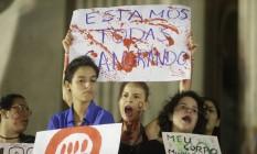 Mulheres fazem ato em frente a Alerj em repúdio ao estupro de adolescente por mais de 30 homens Foto: Marcelo Carnaval / Agência O Globo