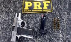 Arma encontrada com o suspeito foi apreendida Foto: Divulgação/PRF