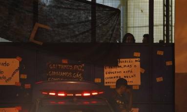 Alunos do lado de dentro dos portões e patrulha em uma das entradas da Seeduc Foto: Pedro Teixeira / Agência O Globo