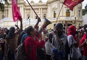 Professores em greve e alunos da rede pública de ensino fazem protesto em frente ao Palácio Guanabara Foto: Guito Moreto - 02/06/2016 / Agência O Globo