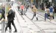 Pedestres andam pela pista exclusiva do VLT: prefeitura espera que cariocas se conscientizem