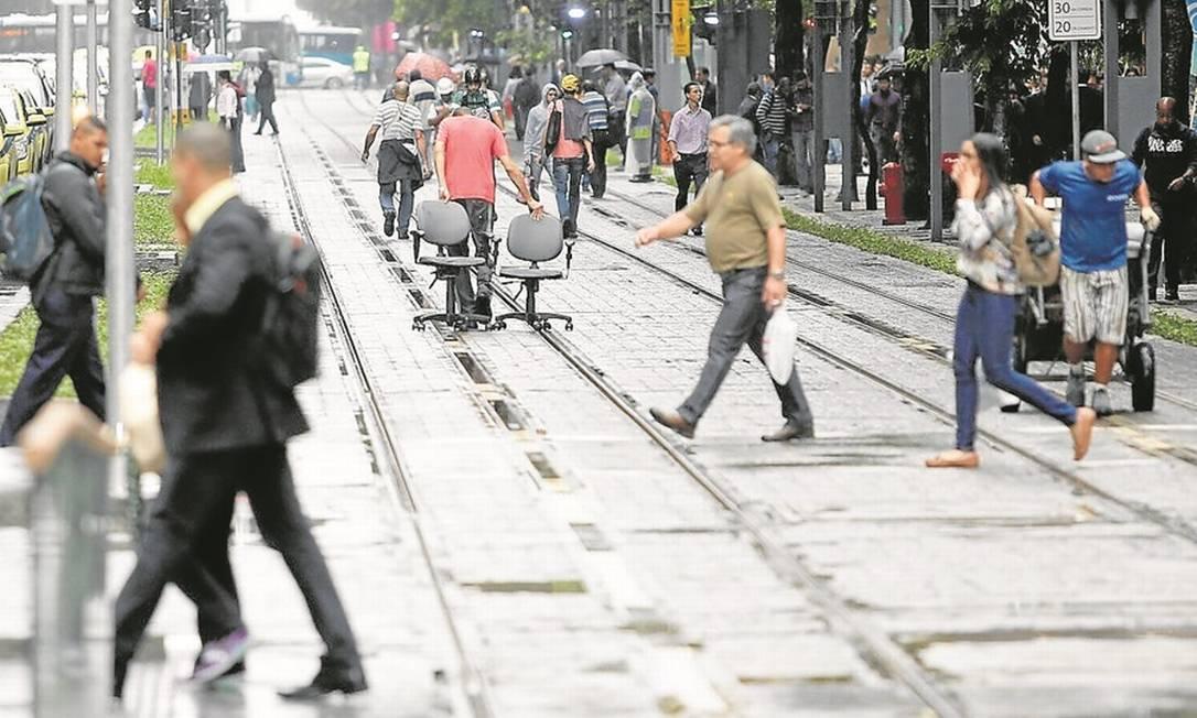 Resultado de imagem para Pedestres e ciclistas poderão receber multas a partir de 2018