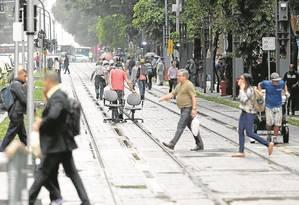 Pedestres andam pela pista exclusiva do VLT: prefeitura espera que cariocas se conscientizem Foto: Fabio Rossi / Agência O Globo