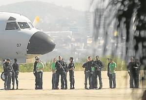 Quinze presos que teriam tramado resgate de traficante são levados para penitenciárias federais Foto: Agência O Globo