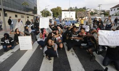 Alunos da rede pública estadual desocupando a secretaria de educação Foto: Domingos Peixoto / Agência O Globo