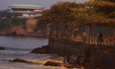 Curiosos observam carro que despencou no mar, em Icaraí Foto: Pedro Teixeira / Agência O Globo