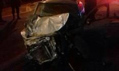 Carro ficou destruído após bater em muro e em veículo da PM Foto: Divulgação