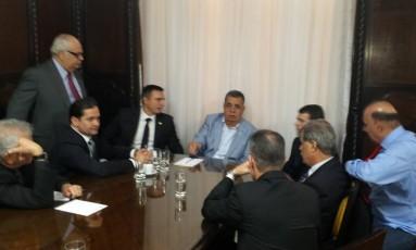 Jorge Picciani, presidente da Alerj, se reúne com deputados da bancada do partido: Beltrame foi convocado para reunião na assembleia na próxima terça-feira Foto: Antônio Werneck