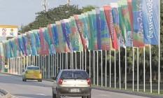 """Um dos primeiros locais a receber decoração foi a Avenida Rio de Janeiro, acesso entre o Aeroporto Tom Jobim e a Estrada do Galeão. Quem deixa o terminal é saudado com mensagens de """"bem-vindo"""" em vários idiomas Foto: Domingos Peixoto / Agência O Globo"""