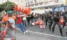 Um cone é lançado por manifestante que participava de ato promovido por professores estaduais e alunos em frente ao Tribunal de Justiça, no Centro, que interditou a Avenida Presidente Antônio Carlos e a Rua Primeiro de Março Foto: Pablo Jacob / Agência O Globo