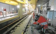 Operários trabalham nos últimos detalhes da estação do Jardim de Alah, em Ipanema: inauguração está prevista para o dia 1º de agosto Foto: Domingos Peixoto / Agência O Globo